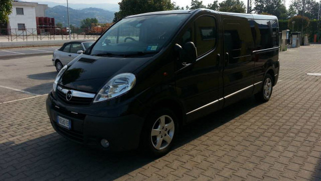 AT LuxuryRent noleggia mini van